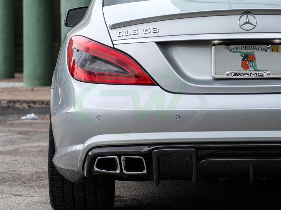 Silver Mercedes W218 CLS63 AMG gets a new Renn Style CF Diffuser