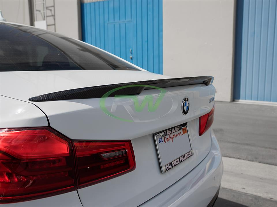alpine white bmw g30 540i 5 series with rw carbon fiber high kick cf trunk spoiler